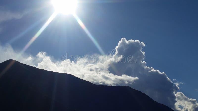 Σύννεφα και σαφής στοκ εικόνα με δικαίωμα ελεύθερης χρήσης