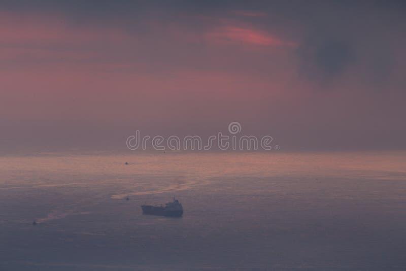 Σύννεφα και φως πέρα από τη θάλασσα στον κόλπο του Αλγερι'ου στοκ εικόνα