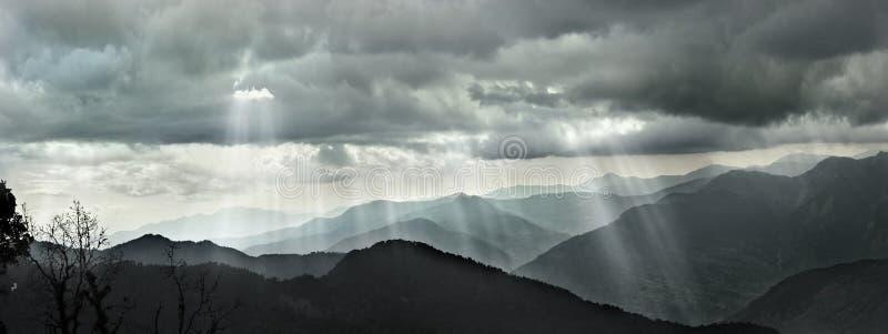 Σύννεφα και φως του ήλιου στο βουνό των Ιμαλαίων, grayscale στοκ εικόνες με δικαίωμα ελεύθερης χρήσης