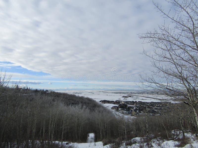 Σύννεφα με τα δέντρα και τη διάβαση στοκ φωτογραφίες