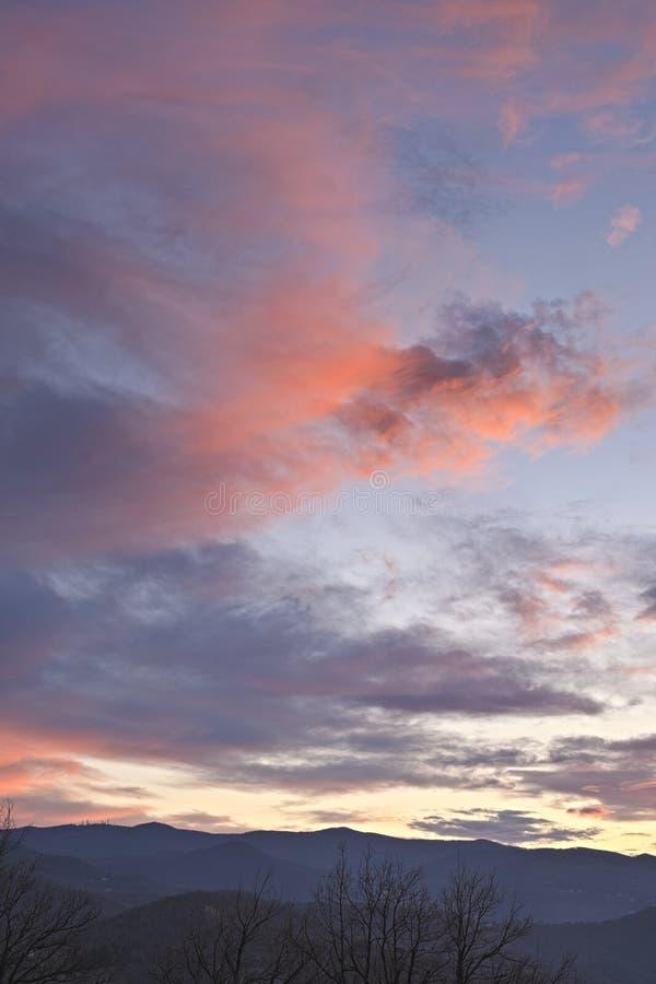 Σύννεφα με φως του ήλιου με πανίσχυρα χρώματα πανοραμικής κατακόρυφης σύνθεσης προβολής στοκ εικόνα