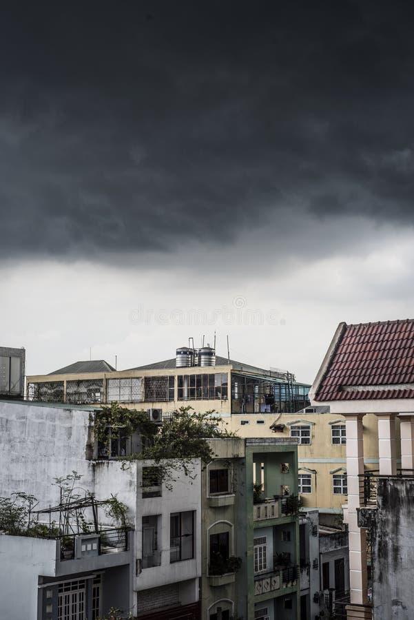Σύννεφα μουσώνα στη πόλη Χο Τσι Μινχ, Βιετνάμ στοκ εικόνα