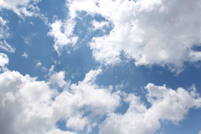 Σύννεφα, μπλε ουρανός, φωτεινός ήλιος στοκ φωτογραφίες