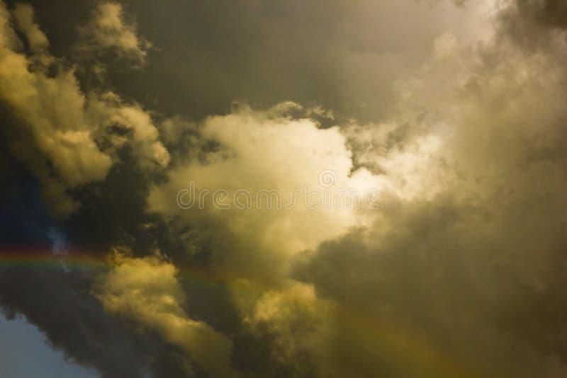 Σύννεφα ουράνιων τόξων και θύελλας στοκ εικόνα