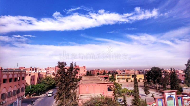 Σύννεφα πάνω από την πόλη στοκ φωτογραφίες