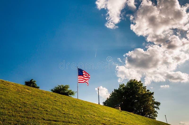 Σύννεφα πέρα από μια αμερικανική σημαία στο ομοσπονδιακό Hill στοκ εικόνες με δικαίωμα ελεύθερης χρήσης