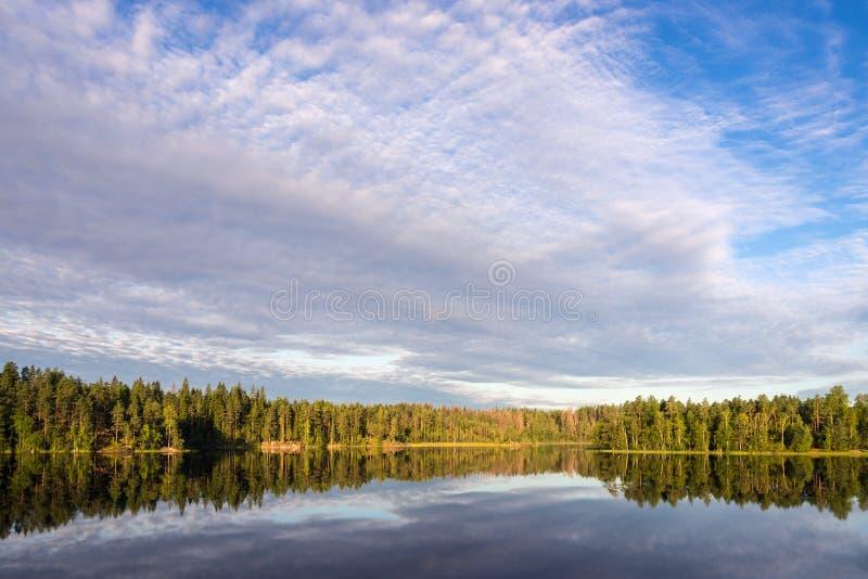 Σύννεφα πέρα από μια δασική λίμνη στοκ εικόνες με δικαίωμα ελεύθερης χρήσης