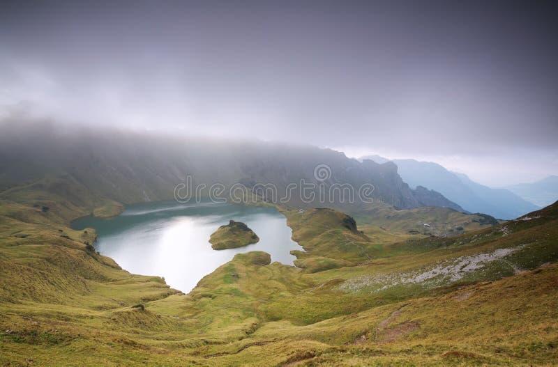 Σύννεφα πέρα από την αλπική λίμνη στοκ φωτογραφία με δικαίωμα ελεύθερης χρήσης