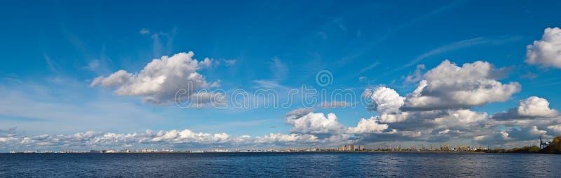 Σύννεφα πέρα από την πόλη στοκ εικόνες