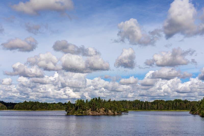 Σύννεφα πέρα από τη θερινή λίμνη στοκ φωτογραφίες