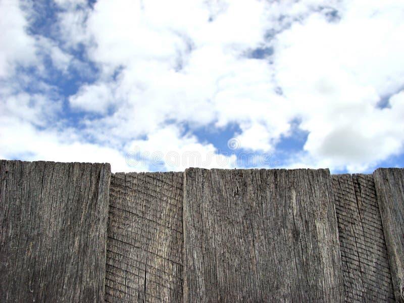 Σύννεφα πέρα από τον παλαιό ξύλινο φράκτη στοκ εικόνες