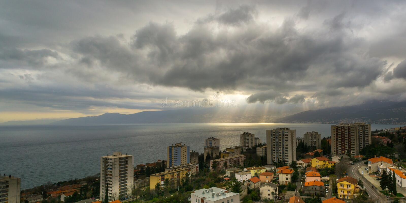 Σύννεφα πέρα από το Rijeka στοκ φωτογραφία
