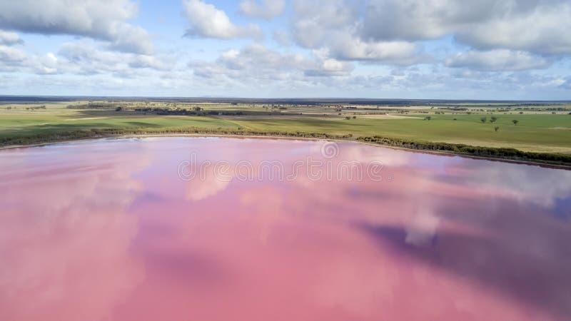 Σύννεφα που απεικονίζουν στη ρόδινη λίμνη 02 στοκ εικόνα με δικαίωμα ελεύθερης χρήσης