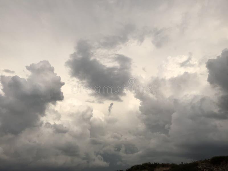 Σύννεφα που πετούν πέρα από την έρημο στοκ φωτογραφίες με δικαίωμα ελεύθερης χρήσης
