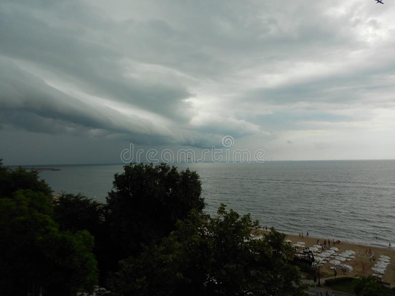 Σύννεφα πριν από τη θύελλα πέρα από τη θάλασσα στοκ εικόνες