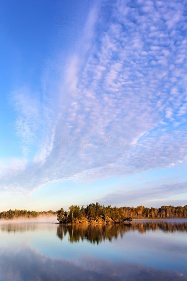 Σύννεφα πρωινού πέρα από τη λίμνη στοκ φωτογραφίες με δικαίωμα ελεύθερης χρήσης