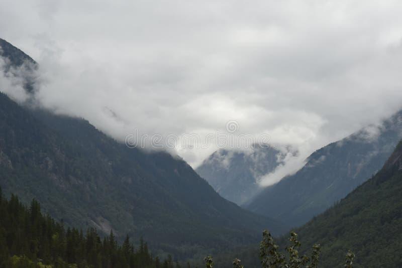 Σύννεφα πρωινού που καίνε μακριά σε μια κοιλάδα στοκ εικόνα