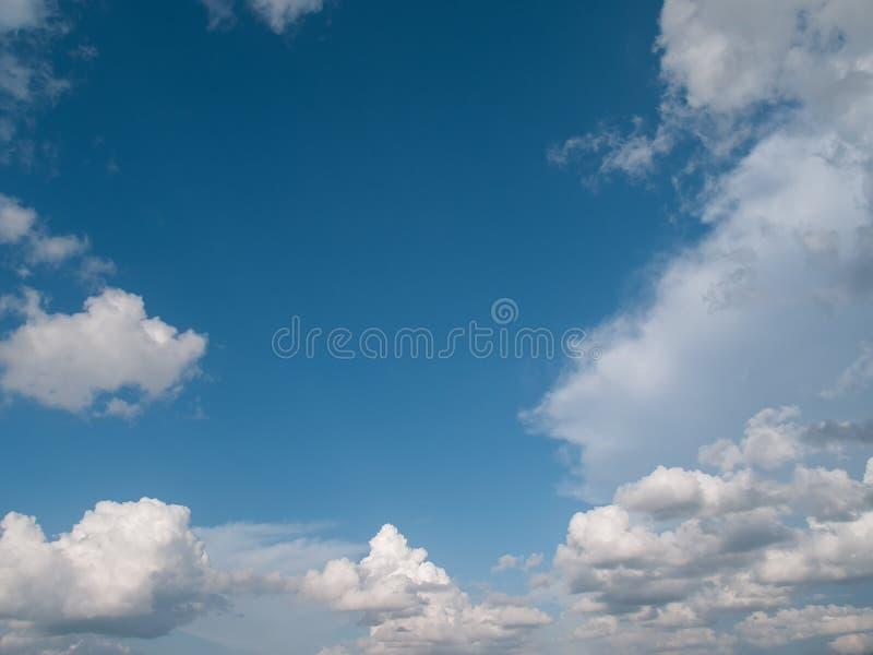 Σύννεφα στη φωτεινή ημέρα στοκ εικόνες