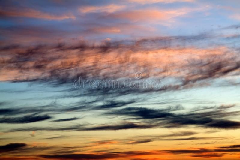 Σύννεφα στο χρονική ηλιοβασίλεμα ή την ανατολή βραδιού στοκ φωτογραφία με δικαίωμα ελεύθερης χρήσης