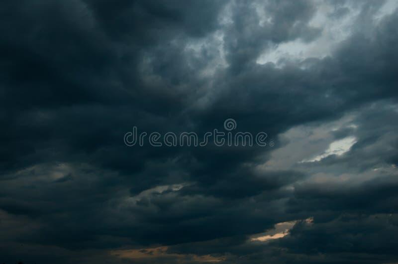 Σύννεφα σωρειτών πριν από τη βροχή στοκ φωτογραφίες με δικαίωμα ελεύθερης χρήσης