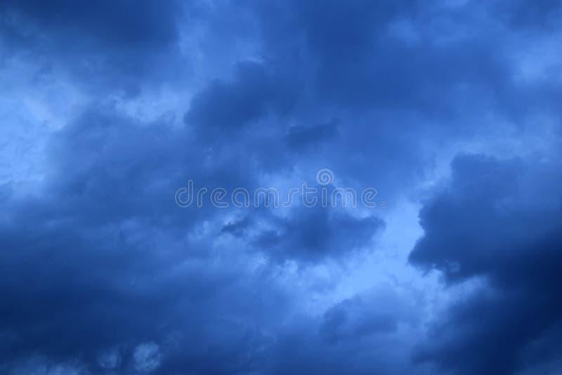 Σύννεφα υποβάθρου πριν από τη καταιγίδα για τις ανάγκες σας στοκ εικόνες