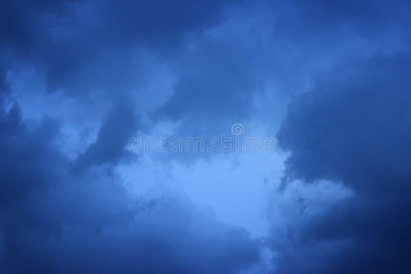Σύννεφα υποβάθρου πριν από τη καταιγίδα για τις ανάγκες σας στοκ φωτογραφία