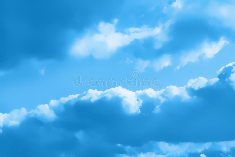 Σύννεφα, φυσικό μπλε υπόβαθρο στοκ εικόνες
