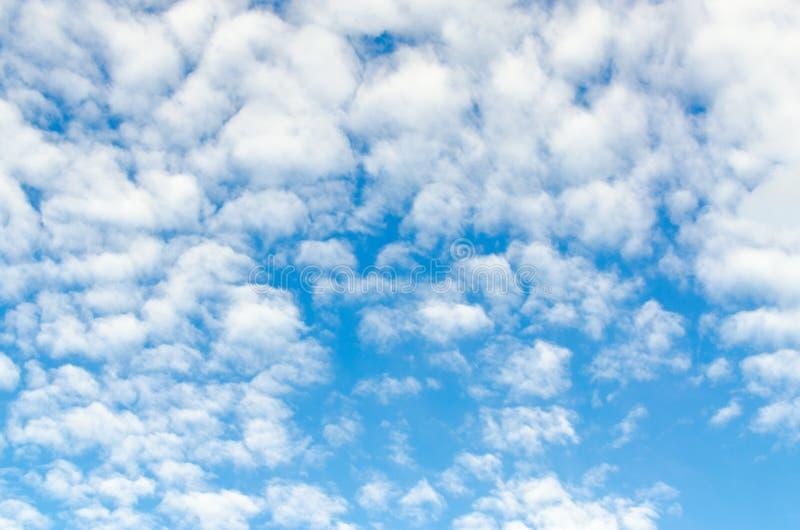 Σύννεφα cirro-σωρειτών στο μπλε ουρανό, υπόβαθρο στοκ φωτογραφία με δικαίωμα ελεύθερης χρήσης