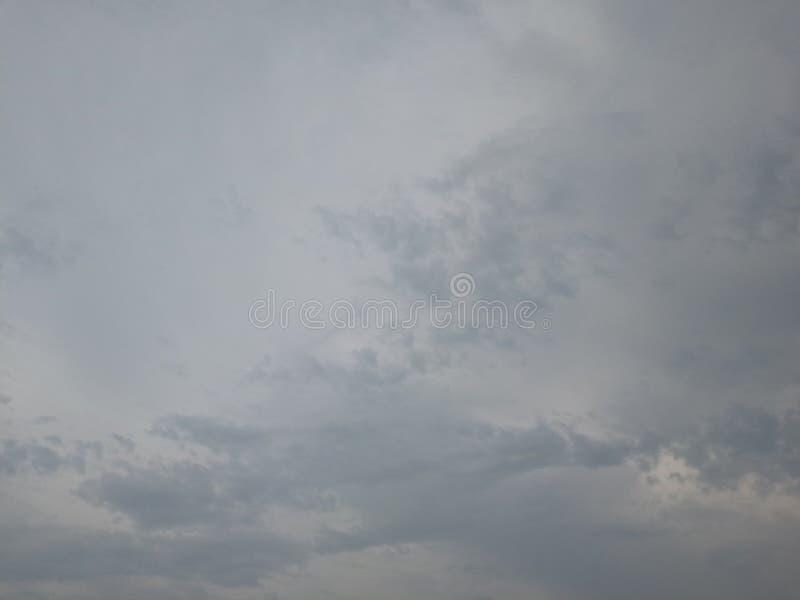 Σύννεφα Darks μετά από τη βροχή στοκ εικόνες