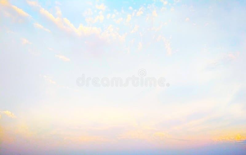 Σύννεφα Icecrystal στο ηλιοβασίλεμα στοκ φωτογραφίες