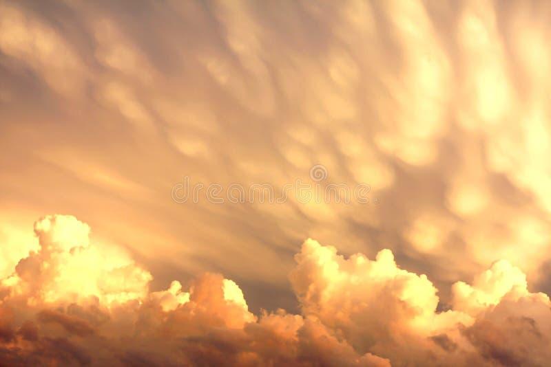 Σύννεφα Mammatus και σωρειτών μετά από μια θύελλα στοκ φωτογραφίες