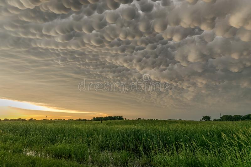 Σύννεφα Mammatus στο πίσω μέρος μιας θύελλας στη βόρεια Νεμπράσκα στοκ φωτογραφία