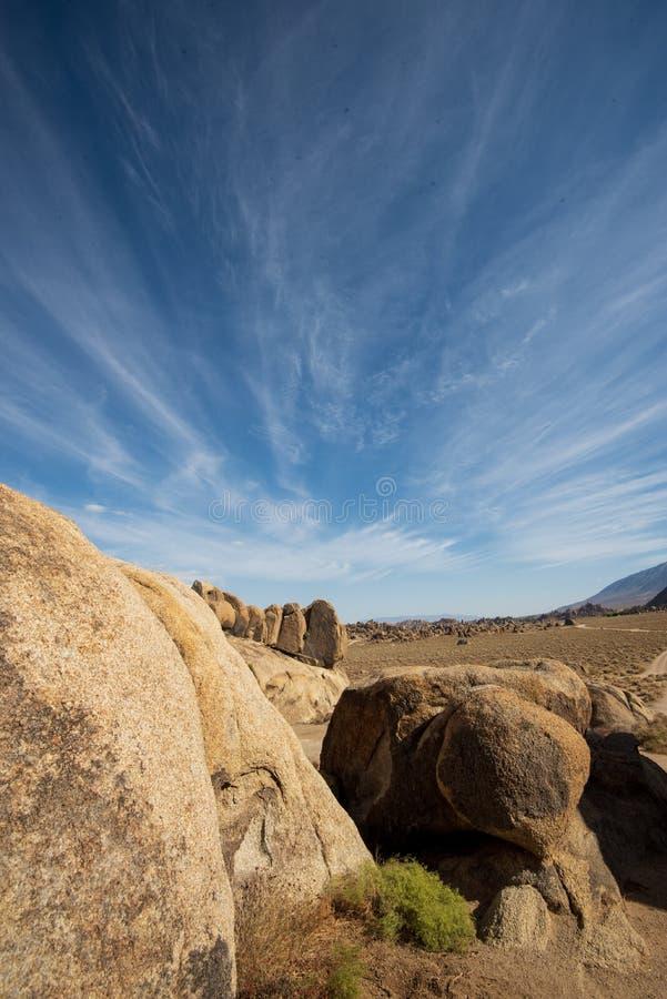 Σύννεφα Streaky πάνω από το σχηματισμό πετρών στους λόφους της Αλαμπάμα στο όρος Σιέρα Νεβάδα στην Καλιφόρνια στοκ φωτογραφίες