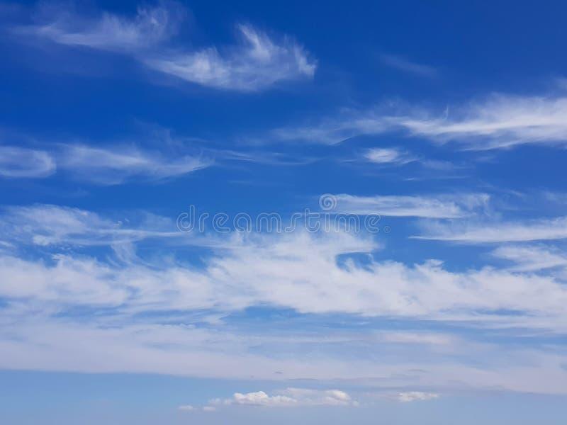 Σύννεφα Wispy σε έναν μπλε ουρανό στοκ φωτογραφία με δικαίωμα ελεύθερης χρήσης