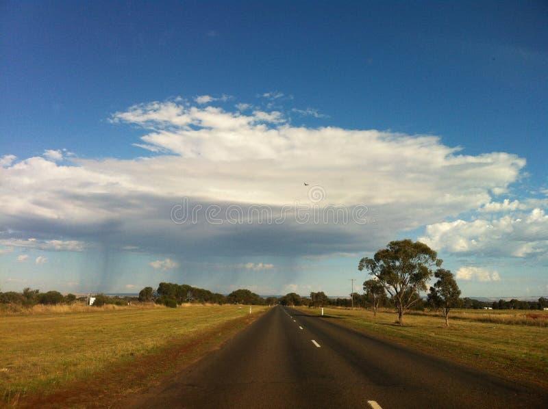 Σύννεφο βροχής πέρα από το δρόμο στοκ εικόνες