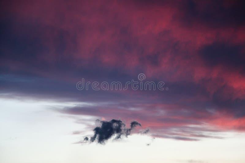 Σύννεφο δράκων σε έναν ουρανό της πυρκαγιάς