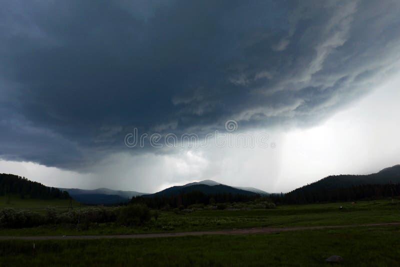 Σύννεφο θύελλας πέρα από το βουνό στοκ φωτογραφία με δικαίωμα ελεύθερης χρήσης