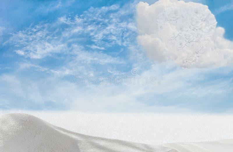 Σύννεφο-καρδιά των άσπρων τριαντάφυλλων στο μπλε ουρανό στοκ εικόνα