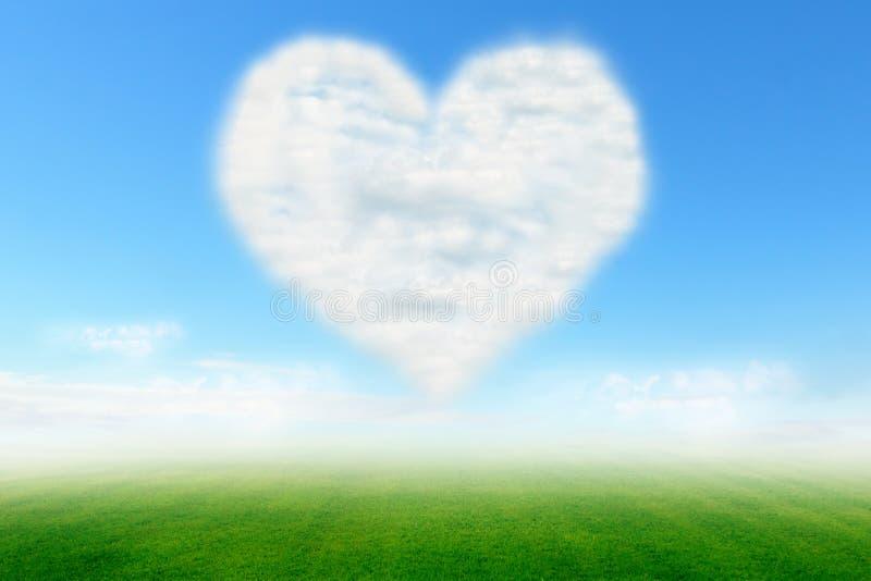 Σύννεφο καρδιών στο μπλε ουρανό και τον πράσινο τομέα στοκ εικόνες