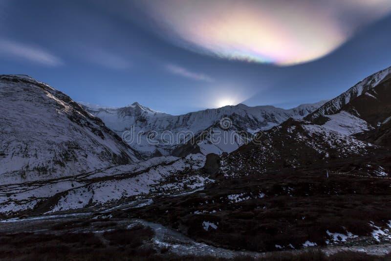 Σύννεφο ουράνιων τόξων πέρα από τα Ιμαλάια Ηλιοβασίλεμα στα βουνά, Νεπάλ, στρατόπεδο βάσεων Tilicho, περιοχή Annapurna στοκ φωτογραφία με δικαίωμα ελεύθερης χρήσης