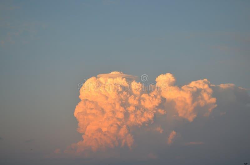 """Σύννεφο πορτοκαλί σωρός κατά τη δύση Ï""""Î¿Ï… ηλίου με γαλάζιο ουρανό στοκ εικόνες"""