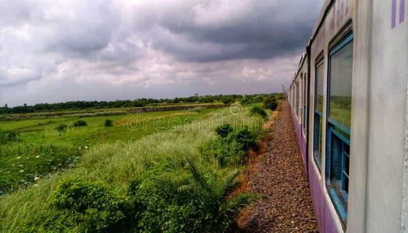 Σύννεφο που καλύπτει τον ουρανό και που τρέχει το τραίνο στοκ φωτογραφίες