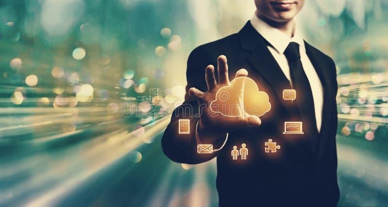 Σύννεφο που υπολογίζει με τον επιχειρηματία στοκ φωτογραφία