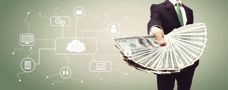Σύννεφο που υπολογίζει με το επιχειρησιακό άτομο με τα μετρητά στοκ φωτογραφίες με δικαίωμα ελεύθερης χρήσης