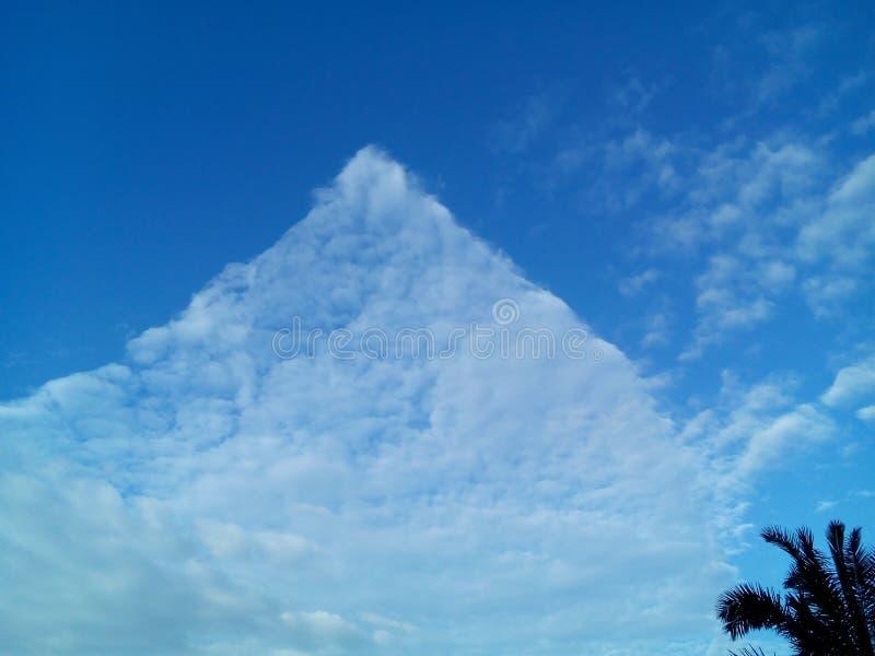 Σύννεφο τριγώνων την ηλιόλουστη ημέρα στοκ φωτογραφία