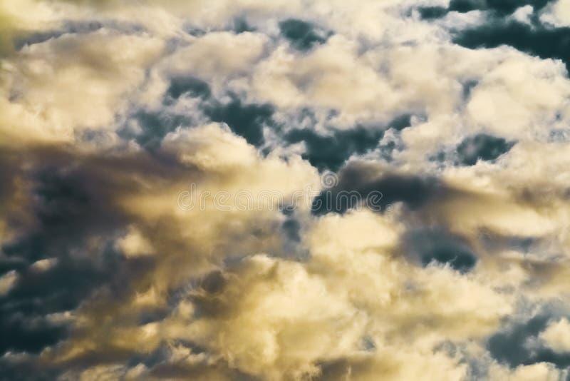 Σύννεφο Scape σε έναν σκούρο μπλε ουρανό στοκ εικόνες