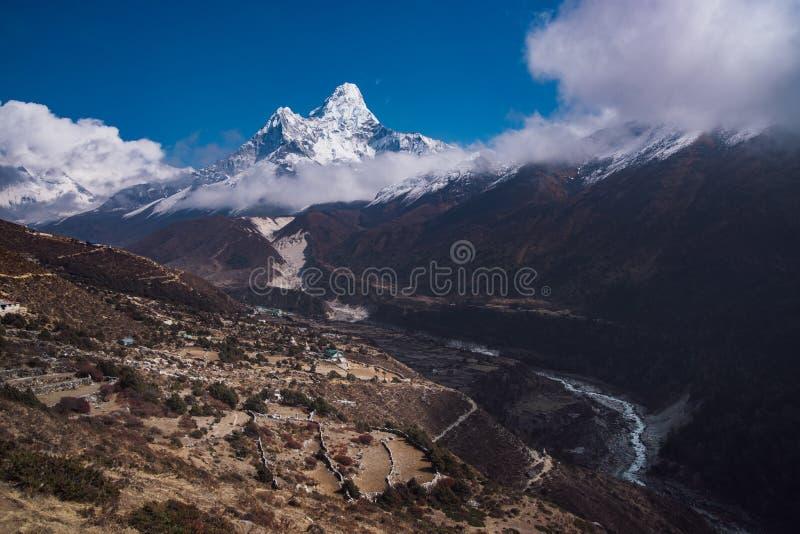 Σύνοδος κορυφής Dablam Ama ή μέγιστο και νεπαλικό χωριό στα Ιμαλάια στοκ φωτογραφίες