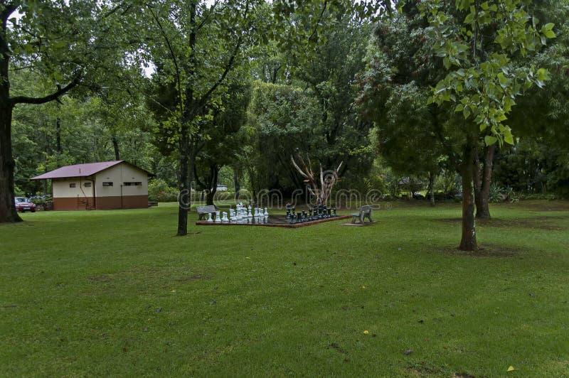 Σύνολα σκακιού κήπων με τις πτώσεις νερού μετά από τη βροχερή νύχτα σε Sabie στοκ φωτογραφία