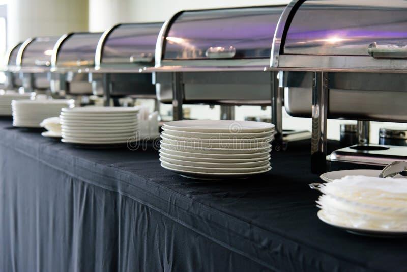 Σύνολο άσπρων πιάτων στον πίνακα στοκ φωτογραφία με δικαίωμα ελεύθερης χρήσης