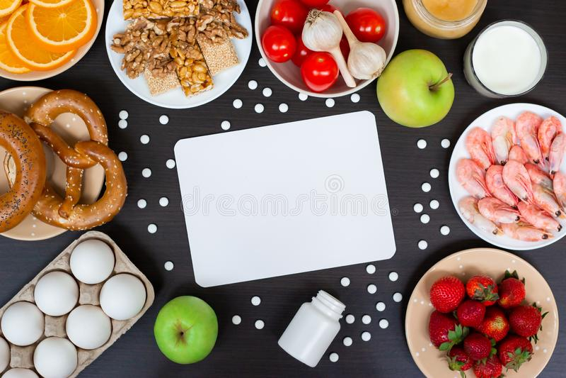Σύνολο αλλεργικών προϊόντων ως γάλα, πορτοκάλια, ντομάτες, σκόρδο, γαρίδες, φυστίκια, αυγά, μήλα, ψωμί, φράουλες στοκ φωτογραφία με δικαίωμα ελεύθερης χρήσης